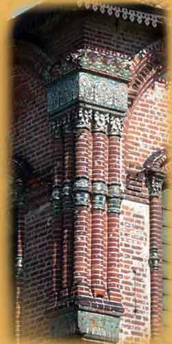 Пучки полуколонок на западных углах церкви Иоанна Златоуста в Коровниках