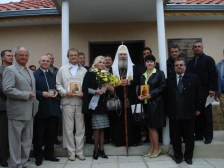 В окружении гостей и благотворителей
