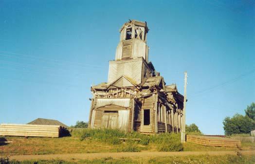 Церковь все еще возвышается на холме и хорошо видна издалека, но восстановлению уже не подлежит