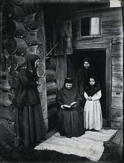 Уставщицы в Оленевском скиту (фотография 1897 года)