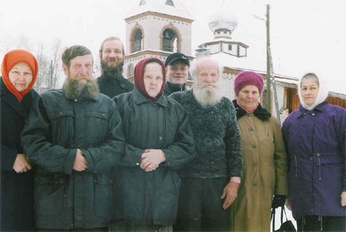 Омутнинск, 2003 г., Активисты старообрядческой общины и строители Покровского храма. В центре – староста общины Анна Григорьевна Вихляева.