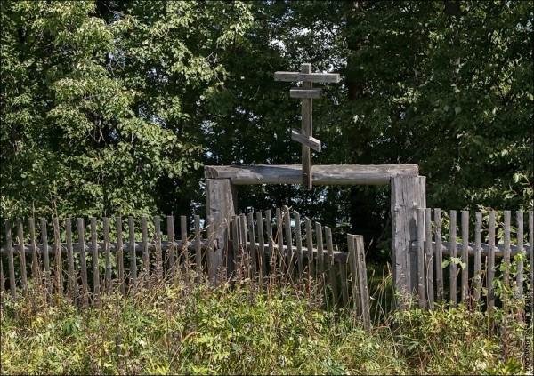 Сейчас кладбище огорожено ветхим забором, через который просматривается старое кладбище