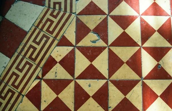Фрагмент метлахской плитки на полу храма. Продукция заводов Дзевульского и Ланге, нач. XX в. Фото 2010.