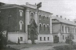 Бывшая  моленная Батова, справа - дом Батова.