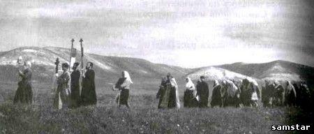 Крестный ход к роднику в честь освящения храма в с.Сосновая Маза. 1990-е