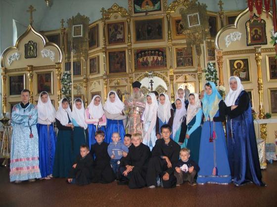 Настоятель храма протоиерей Сава Тихов и юные христиане общин г.Самары и г. Вольска (г. Самара, 2005г.)